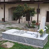 Innenhof mit Grabmal