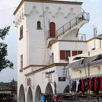 Italienisches Hafengebäude im Dodekanes-Stil