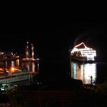 Chalki: Fähre bei Nacht
