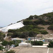 Mikro Chorio, das Wassersammelbecken und darüber Agios Panteleimonas