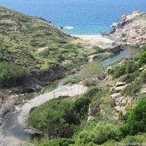 Strand und Ruine bei Nas