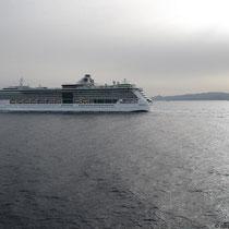 Ein Kreuzfahrtschiff begleitet uns ein Stück