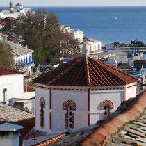 Aussicht auf eine der vielen Kirchen von Skopelos-Stadt ...