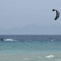 Kite-Surfer am Strand von Kremastí