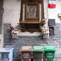Straßenaltar - für den heiligen Müllos?