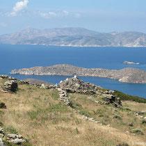 Blick nach Sikinos und auf die Kapellenreihe