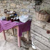 .. wohnt noch eine Frau und verkauft Honig und Marmelade
