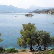 Die Bucht mit der Insel Daskalio