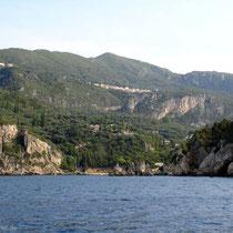 Blick zurück auf das Dorf Lakones oberhalb von Paleokastritsa