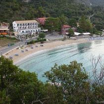 """Der Strand von Paleokastritsa - links das Hotel """"Astacos"""""""