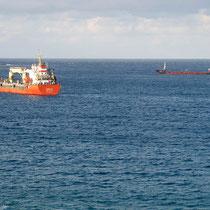 Zwei Frachter liegen in der Sitia-Bucht