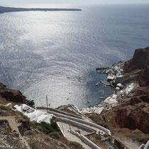 Blick zum Ammoudi-Hafen hinab