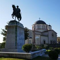 ... am Denkmal (hinten die Kirche Kimissi Theotokou) .....