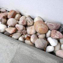 Steine von Milos vor der Türe