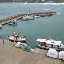 Der kleine Hafen von Platys Gialos