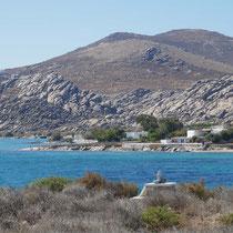 Kolymbithres, dahinter der Hügel mit der mykenischen Akropolis