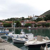 Hafen mit Kalamos-Ort