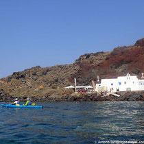 Die Kapelle Agios Nikolaos am Beginn des Red Beach