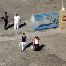 Tinos: Die letzten Passagiere eilen zum Schiff...