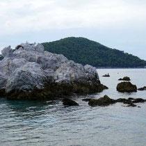 Dekorative Felsen und die Insel Dassia