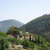 Exogi (Dorf und Berg) und der Niretos links im Hintergrund
