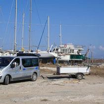 Giannis mit dem Van und dem Anhänger