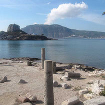 Die Runinen der Basilikia und die Insel Kastri