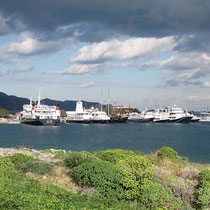 Ausflugsboote in Hafen von Kissamos