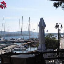 ... mit schönem Blick auf das Hafengeschehen