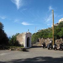 Der Weg führt rechts an der Kapelle vorbei