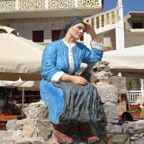 Karpathos: Figur einer Frau in Tracht in Diafani