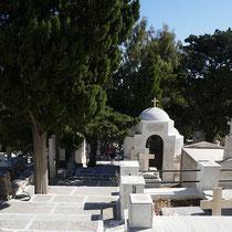 Daneben liegt der Friedhof ...