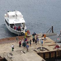 Kaum hat das eineAusflugsboot seine Passagiere abgesetzt....