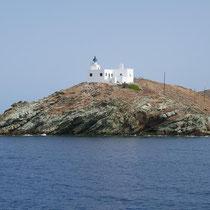 Der Leuchtturm an der Bucht von Korissia (Kap Agios Nikolaos)
