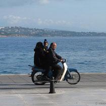 Dann doch lieber zu dritt auf dem Motorroller