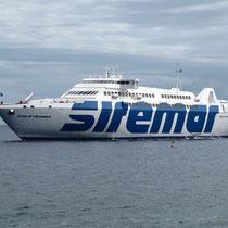 """Die Anschlussfähre """"Isola di Stromboli"""", etwas überdimensioniert für diese Route"""