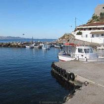 """Am Hafen von Kamini - im Hintergrund die Taverne """"Kontylenia"""""""