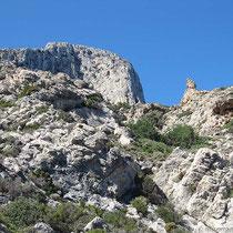 Blick hinauf zu Felsenkamm