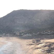 Die Felsenwand hinter Agios Kirykos