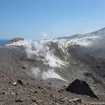 weiter entlang des Kraters