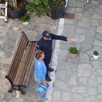 Eine Zimmervermieterin wartet mit der Port Police...