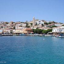 Chalki: Emborio mit Rathaus und Uhrturm