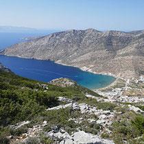 Davor liegt die Bucht von Kamares