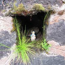 Mini-Madonna in einer Felsennische