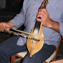Karpathos: Nun mit dem karpathiotischen Lyrabogen