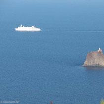 ....und ein Kreuzfahrtschiff am Strombolicchio