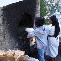 Karpathos: Die Brotportionen kommen in den Ofen
