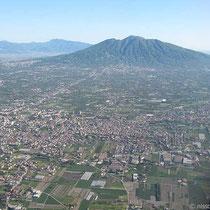 Anflug auf Neapel - der Vesuv sieht gar nicht hoch aus.