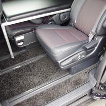 ベッドを装着したままでもシートの足元も充分確保することができます。