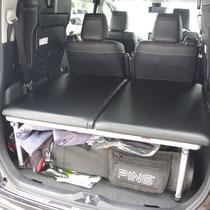 セカンドシートを両側使って、後ろ面のみでベッドを装着しておくことができます。